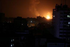 """Izraelis smogė 100 """"Hamas"""" taikinių Gazos Ruože, atsakydamas į raketų ataką"""