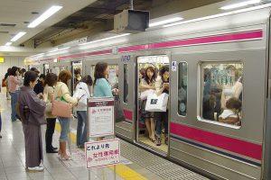 Japonijoje vyrai nėra laukiami kai kuriuose metro vagonuose: priežastis – itin rimta