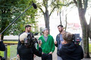 Lavrinovičiai pluša prieš kameras: įtemptai filmuojama aukščiausių dvynių dokumentika
