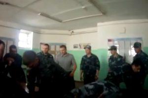 Rusijoje dėl kalinio kankinimo sulaikyti šeši kalėjimo sargybiniai