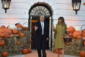 D. Trumpas surengė šventišką Helovino vakarėlį