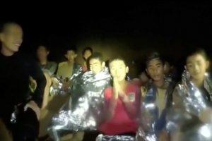 Tailando urve įstrigusių berniukų sveikata – gera, rodo filmuota medžiaga
