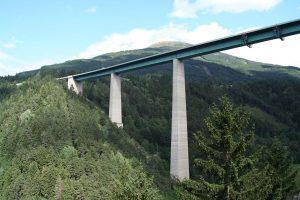80-metė nušoko su guma nuo vieno aukščiausių Europos tiltų