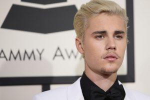 Aktorė B. Midler vėl pasišaipė iš J. Bieberio nuogybės
