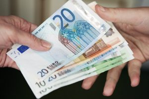 Vilnietė sukčiams atidavė per 3 tūkst. eurų