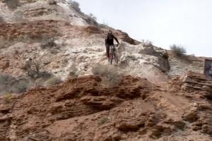Kvapą gniaužiantis video: kalnų dviratininkas krenta stačia galva