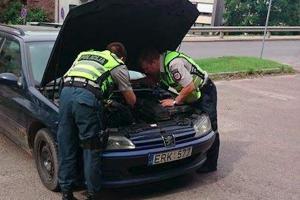 Pagalba: Kauno policininkai sutvarkė automobilį