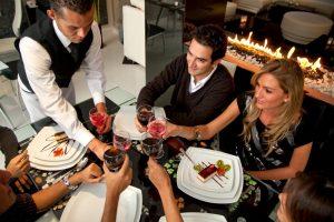 Moterys restoranuose nori valgyti skaniai, vyrai – pigiai