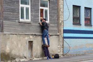 Meilei ribų nėra: akrobatinis bučinys sužavėjo internautus