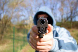 Kaune šlaistėsi girtas vyras – ginklu grasino žaidusiems nepilnamečiams
