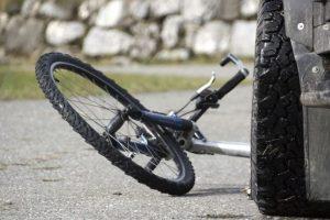Prie Klinikų viaduko – eismo nelaimė: nukentėjo dviračiu važiavęs žmogus