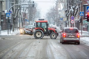 Neišsprendžiamas galvosūkis keliuose: barstomi visą parą, bet avarijų – apstu