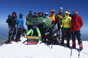 Elbruso viršūnę pasiekę narsuoliai džiaugiasi: įkopėme visi!