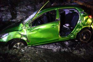 """Antrąją Kalėdų dieną """"Mazda"""" rėžėsi į medžius, sužeisti keturi žmonės"""