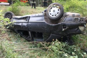 Varėnos rajone į medžius atsitrenkė automobilis, rastas miręs žmogus