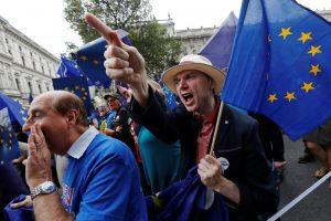 ES ir Britanija švaistosi grasinimais apriboti keliavimą