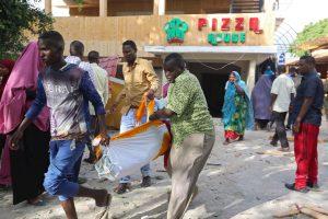 Per išpuolį Somalio restorane žuvo per 30 žmonių