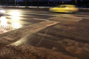 Jonavos gatvėje vairuotojus pasitinka spąstai – ne vienas jau prakirto padangas