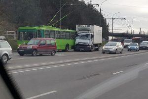 Nuokalnės gatvės nepasidalijo troleibusas ir sunkvežimis (atnaujinta)
