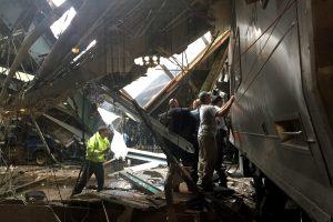 Naujajame Džersyje traukinys rėžėsi į stoties pastatą: vienas žuvo, sužeista apie 100