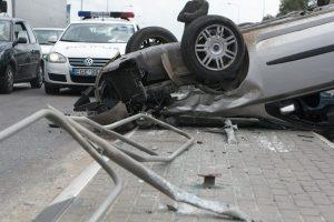 """Iš apvirtusio automobilio ištrauktas vairuotojas """"įpūtė"""" virš 2 promilių"""