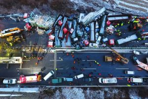 Kinijoje susidūrė per pusė šimto automobilių: mažiausiai 17 žmonių žuvo