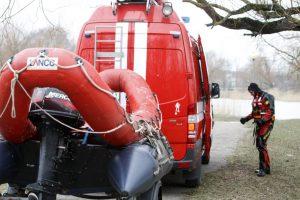 Ugniagesiai skubėjo į Šiaulių rajoną – tvenkinyje plūduriavo automobilis