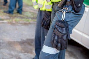 Sulaikomas vyras peiliu puolė policininkus