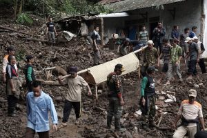 Indoneziją niokoja potvyniai ir žemės nuošliaužos: 19 žmonių žuvo