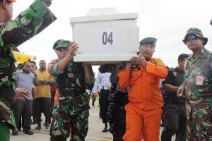 Indonezijoje išgelbėtas sudužusio sraigtasparnio pilotas, trys nariai žuvo