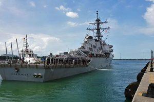 JAV karinis jūrų laivynas po incidento prie Singapūro stabdo operacijas