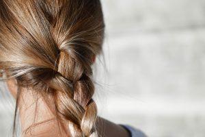 Tyčiojęsi bendraklasiai mergaitei nukirpo plaukų kuokštą