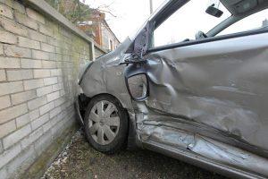 Utenoje į namo tvorą rėžėsi girto vairuotojo automobilis