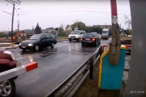 Kaune vairuotojus baudė už taisyklių nesilaikymą pervažose