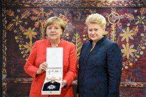 Prezidentė Vokietijos kanclerei įteikė valstybinį apdovanojimą