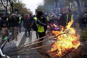 Prancūzijos prezidentas kreipsis į tautą dėl protestų, susitiks su profsąjungomis