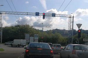 Sumaištis Vilijampolėje: nesulaukus žalio signalo teko važiuoti per raudoną
