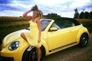 """E. Straleckaitė-Daugėlė parduoda savo geltonąjį """"vabalą"""""""