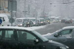 Kelininkai įspėja apie sudėtingas vairavimo sąlygas