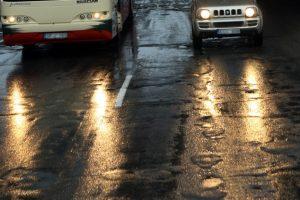 Vairuotojai, atsargiai keliuose – laukia plikledis