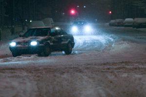Po sniego ir vėjo gūsių – pakelėse atsidūrę automobiliai ir nulaužytos šakos