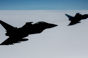 NATO naikintuvai Baltijos šalyse kilo lydėti rusų karinių orlaivių
