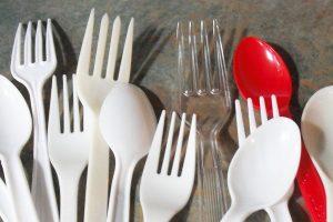 Prancūzijoje priimtas prieštaringas plastikinių indų draudimas