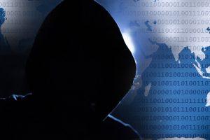 Iš interneto vartotojų milijonus dolerių išviliojęs latvis – teisme