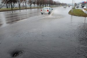 Kauno gatves vis dar skandina lietus, bet specialistai ramina