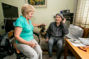 Savanorių lankomiems seneliams svarbiausia – pašnekesiai