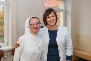 Slaugytoja su vienuolės veliumu vaistus leidžia be skausmo