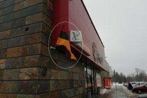 """Pamačiusi vėliavą ant """"Norfos"""" pastato nustėro: gal ne Lietuvos trispalvę iškėlė?"""