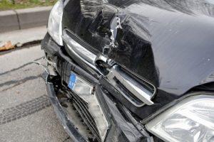 Pakaunėje girto vairuotojo kelionė baigėsi duobėje, sužaloti du mažamečiai