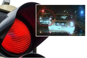 Internautai piktinasi: raudonas šviesoforo signalas policininkams negalioja?